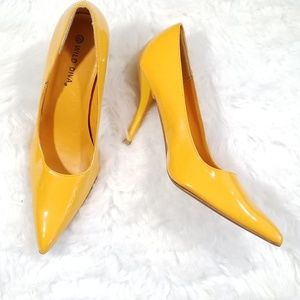 Wild Diva yellow patent leather pointed shoes. 8.5